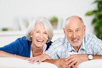 Zwei �ltere Menschen auf einem Sofa � contrastwerkstatt - Fotolia.com