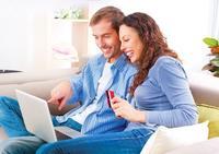Ein Ehepaar vor einem Notebook � Subbotina Anna - Fotolia.com