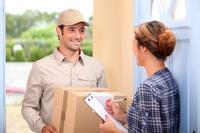 Ein Paket wird geliefert � auremar - Fotolia.com