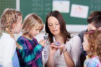 Schulkinder mit ihrer Lehrerin © contrastwerkstatt - Fotolia.com